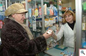 покупатель в аптеке смотрит лекарство